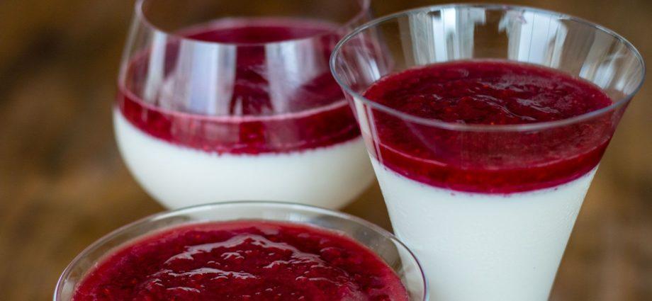 Panna Cotta de Queijo Cottage e Frutas Vermelhas