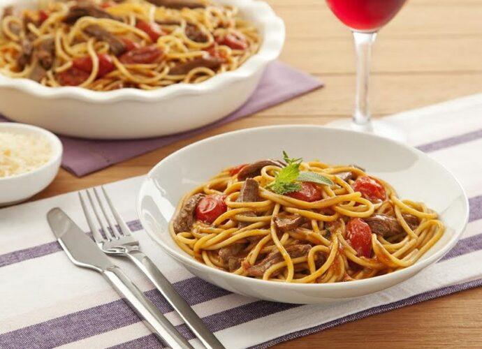 Spaghetti com Açafrão e Ragu de Cordeiro